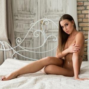 Hanna's sensual glamour